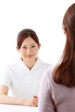 脱毛エステサロンでエステティシャンの無料カウンセリングを受ける女性